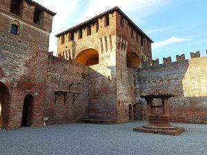La corte del castello di Soncino: eletto come uno dei 300 borghi più belli al mondo.