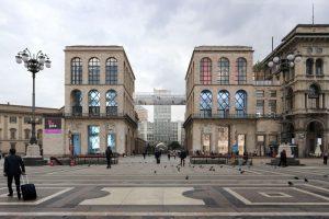 La passerella di cristallo e specchi del Museo del Novecento che collega i due arengari.